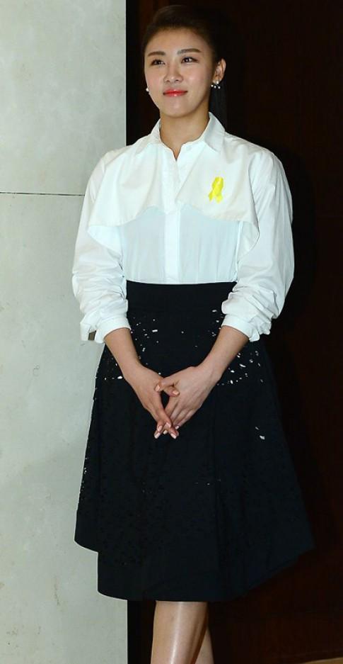 Ha Ji Won 'đụng váy' với Hứa Tình