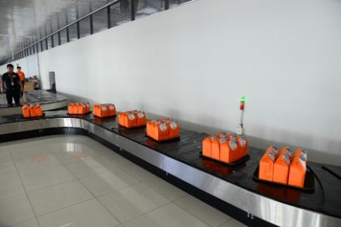Hành khách nhận quà 20/10 tại sân bay