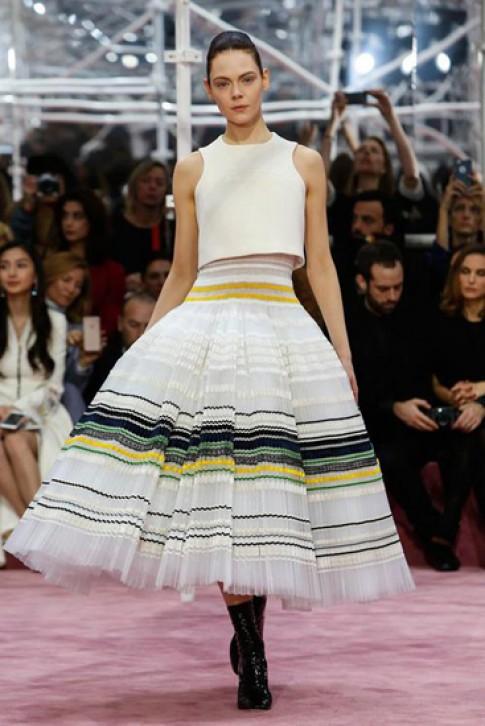 Hành trình 200 giờ sản xuất váy couture