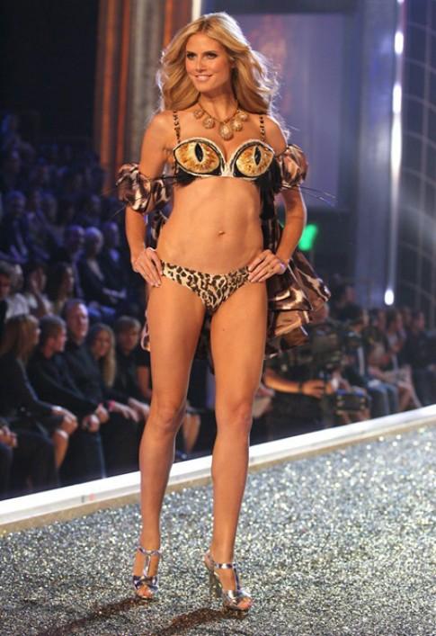 Heidi Klum trình diễn trong show Victoria's Secret