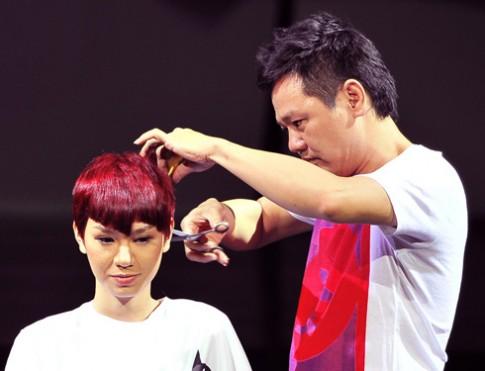 Hồ Ngọc Hà lên sân khấu làm mẫu cho Cường Hoàn Lệ