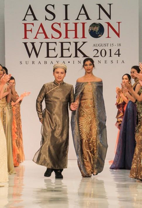 Hoa hậu Ấn Độ trình diễn thiết kế Việt thêu chỉ vàng