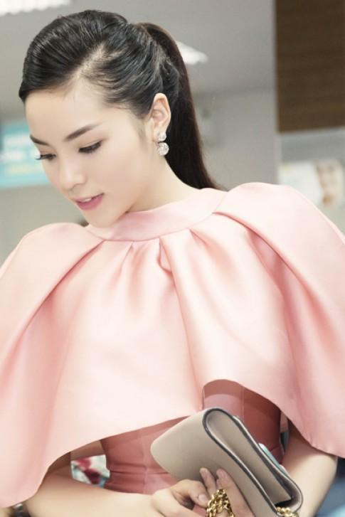 Hoa hậu Kỳ Duyên diện váy cổ xòe