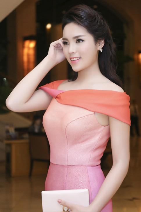 Hoa hậu Kỳ Duyên khoe vóc dáng với váy đuôi cá