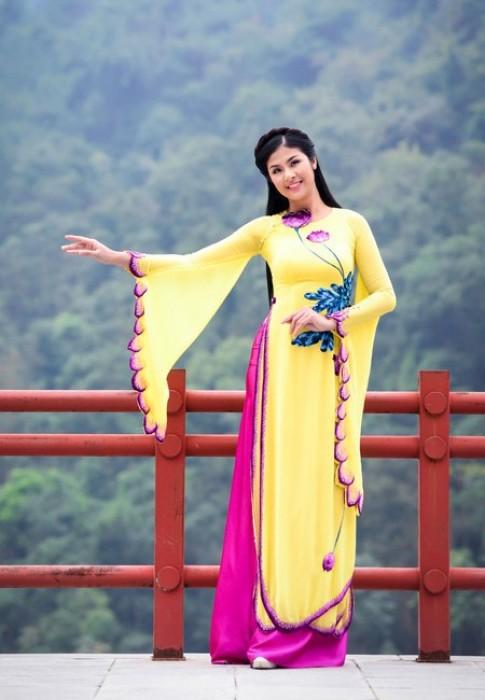 Hoa hậu Ngọc Hân thanh tao nơi đất Phật