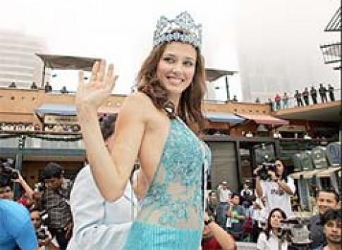Hoa hậu thế giới 2004 vinh quy