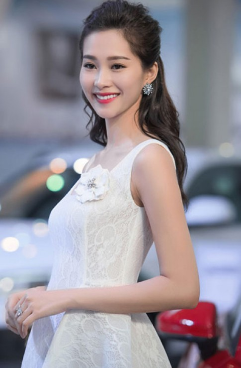 Hoa hậu Thu Thảo, ca sĩ Thủy Tiên ghi điểm với son đỏ cam