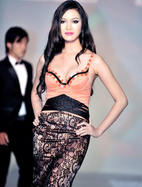Hoa hậu Thùy Dung diện áo cưới cách điệu