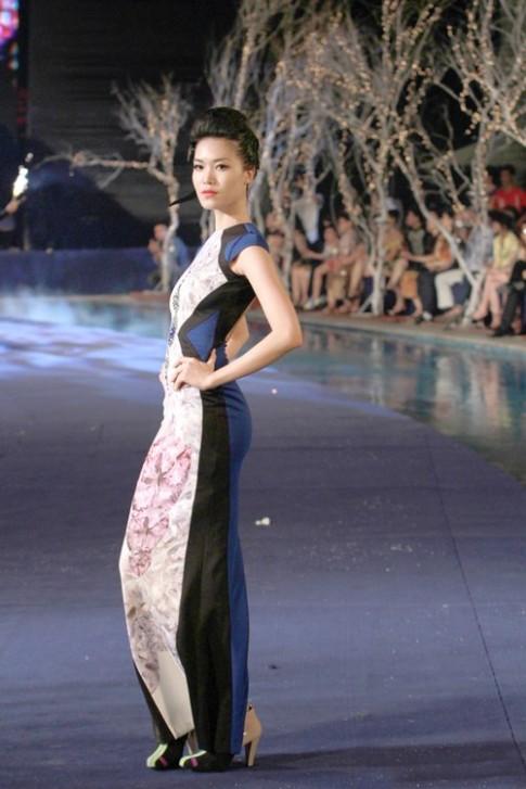 Hoa hậu Thùy Dung sải bước chuyên nghiệp