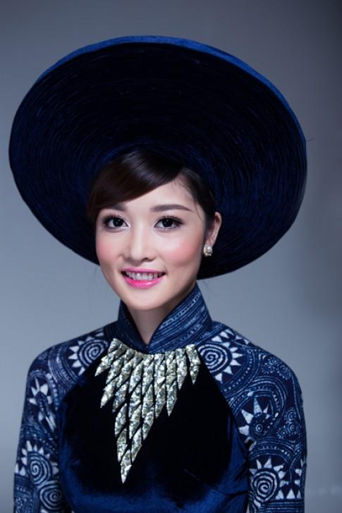 Hoa hậu Triệu Thị Hà thướt tha áo dài thổ cẩm