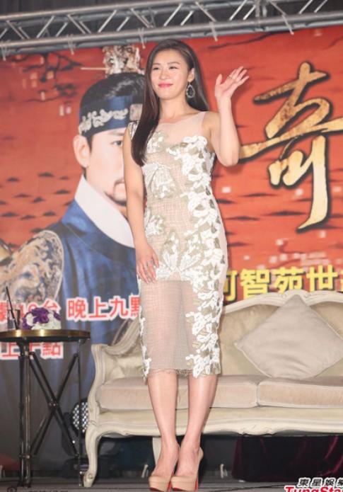 'Hoàng hậu Ki' Ha Ji Won cuốn hút với đầm xuyên thấu