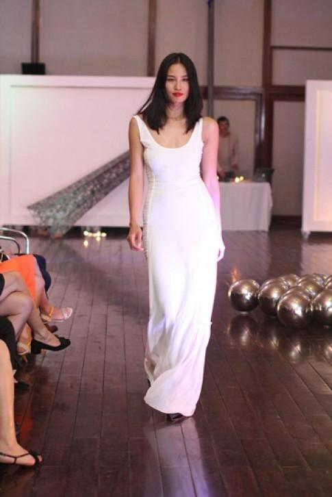Hoàng Khánh Ngọc về Việt Nam diễn catwalk