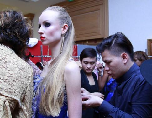 Hoàng Minh Hà chăm chút người mẫu ngoại trước giờ diễn
