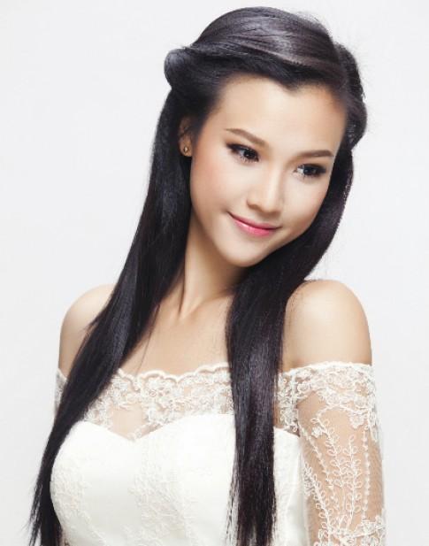 Hoàng Oanh mặc áo cưới khoe vai trần