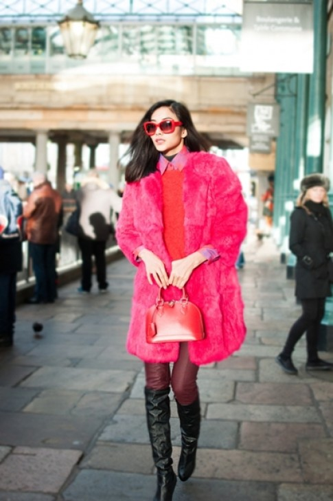 Hoàng Thùy hồng rực trên đường phố London