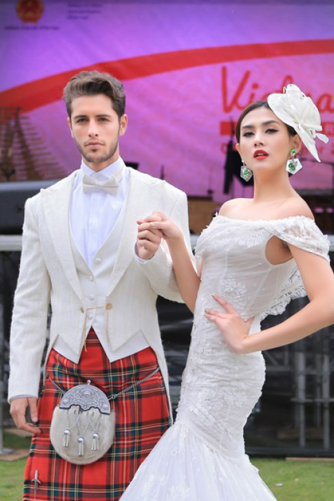 Hoàng Yến diện váy cưới bên 'chú rể' người Scotland