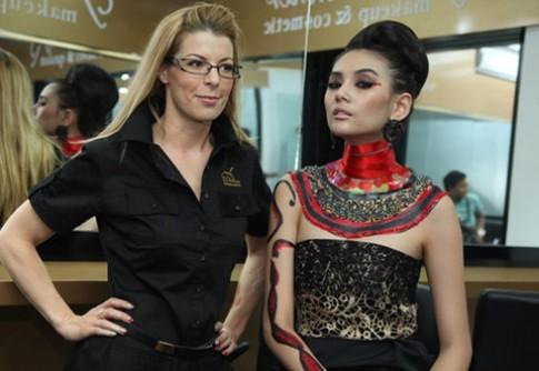 Hoàng Yến làm mẫu cho xu hướng trang điểm ấn tượng