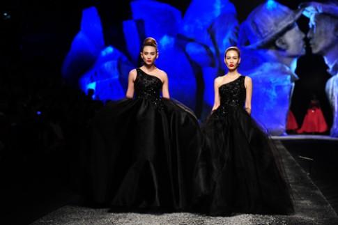 Hoàng Yến và 'chị song sinh' kiêu kỳ với váy áo đính hạt