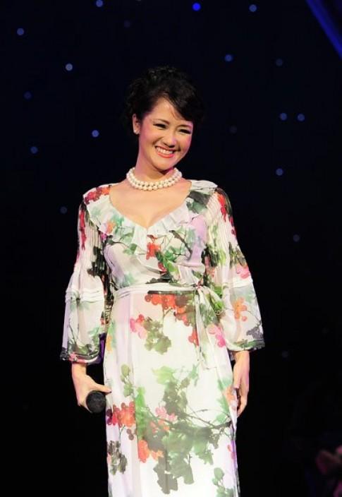 Hồng Nhung diện áo dài hoa cách điệu