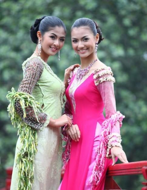Hong Que, Ngoc Han ket hop phu kien tren ao dai