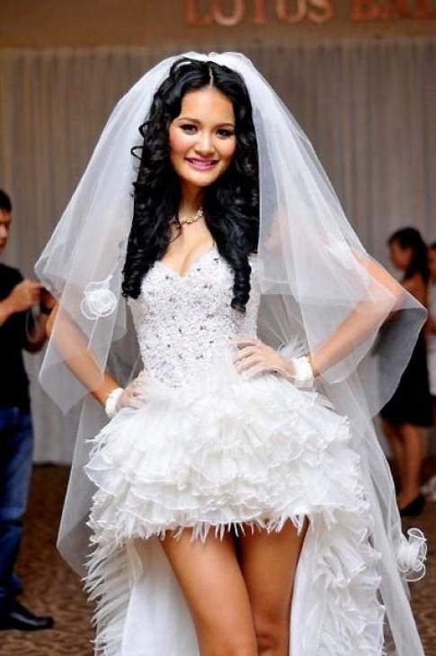 Hương Giang biểu diễn thời trang cưới 2011