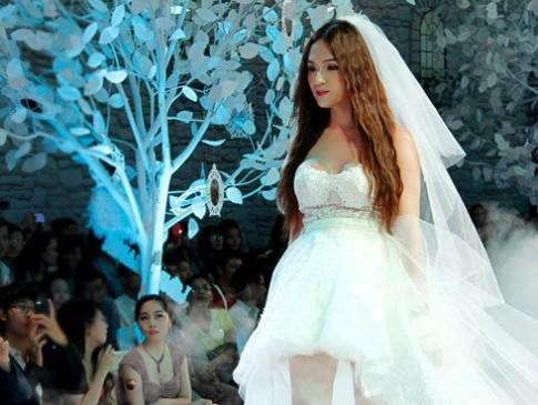 Hương Giang Idol gượng gạo khi mặc váy cưới