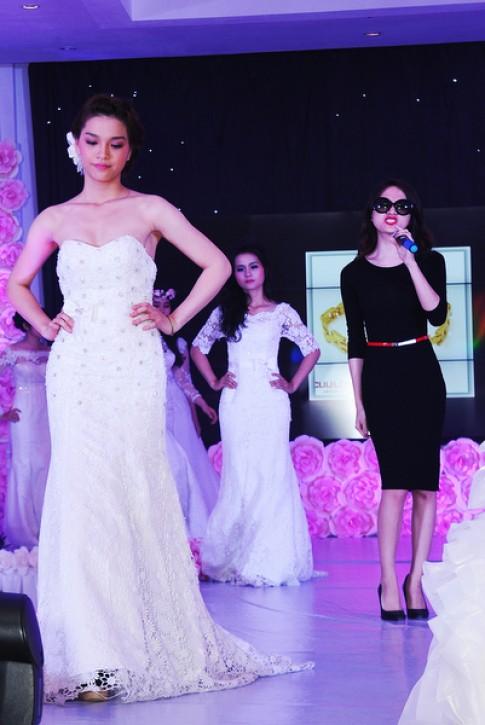 Hương Giang Idol thay trang phục 3 lần trong một sự kiện
