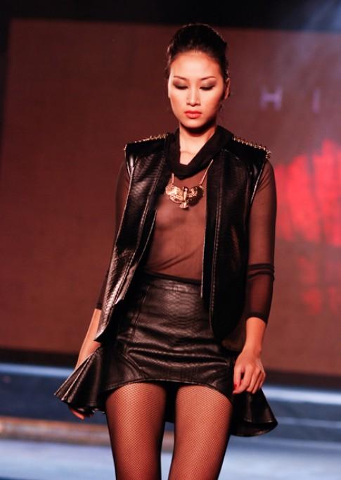 Huyền Trang chơi trội thả rông ngực để catwalk