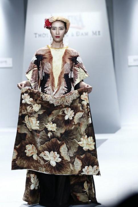 Huyền Trang diện trang phục như bà hoàng