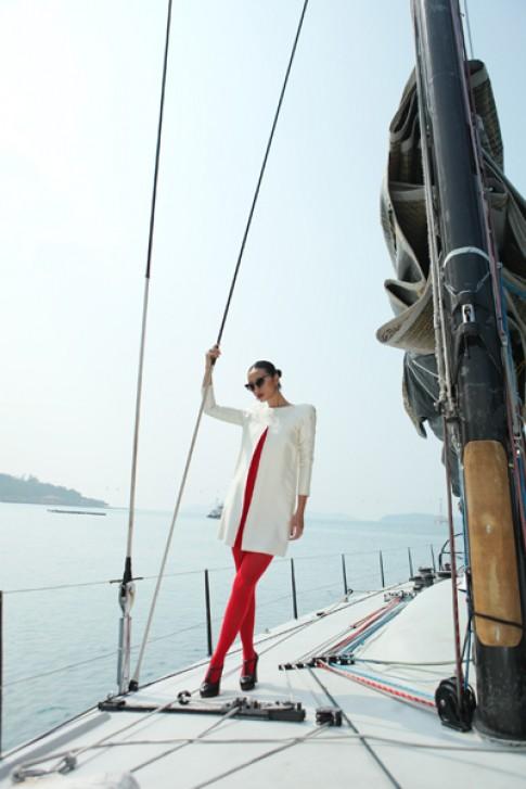 Huyền Trang nổi bật trên du thuyền ở Nha Trang