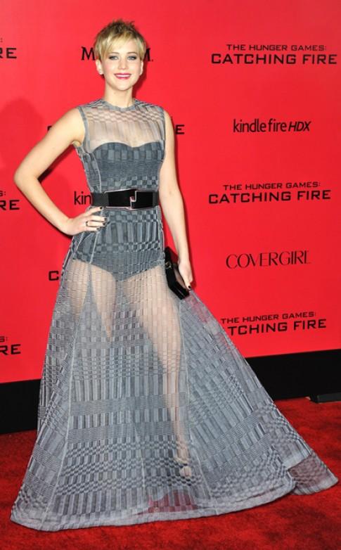 Jennifer Lawrence thu hút với váy xuyên thấu