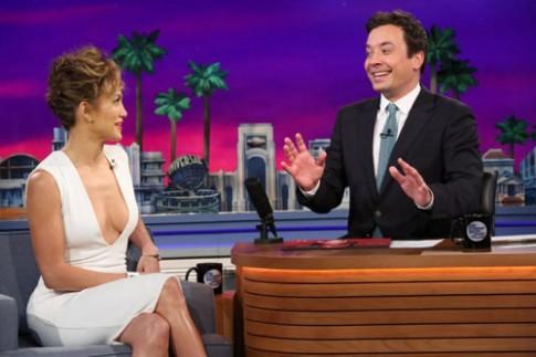 Jennifer Lopez diện váy khoe ngực đầy
