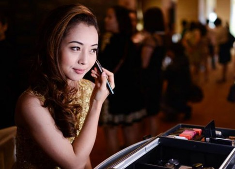 Jennifer Phạm chăm chút vẻ ngoài dự sự kiện