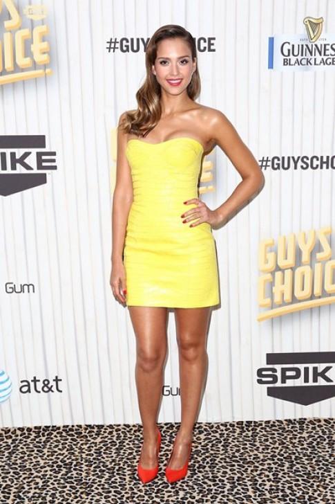 Jessica Alba khoe hình thể với váy ôm thân
