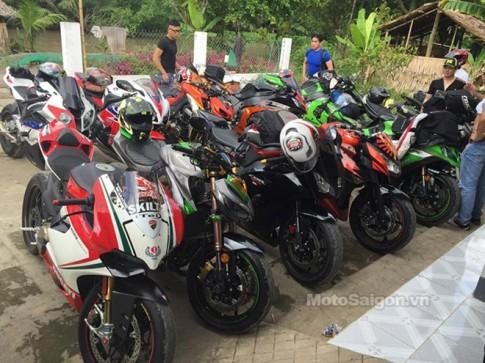 Johnny Trí Nguyễn trên Ducati HyperMotard cùng đoàn môtô rước dâu ở Kiên Giang