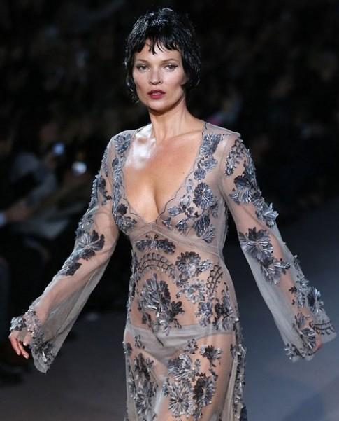 Kate Moss khác lạ với tóc giả trên sàn diễn