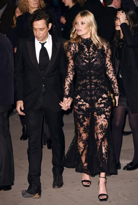 Kate Moss khoe hình thể với váy ren xuyên thấu
