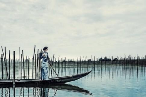 Kha Mỹ Vân khoe dáng trên sông nước với áo dài