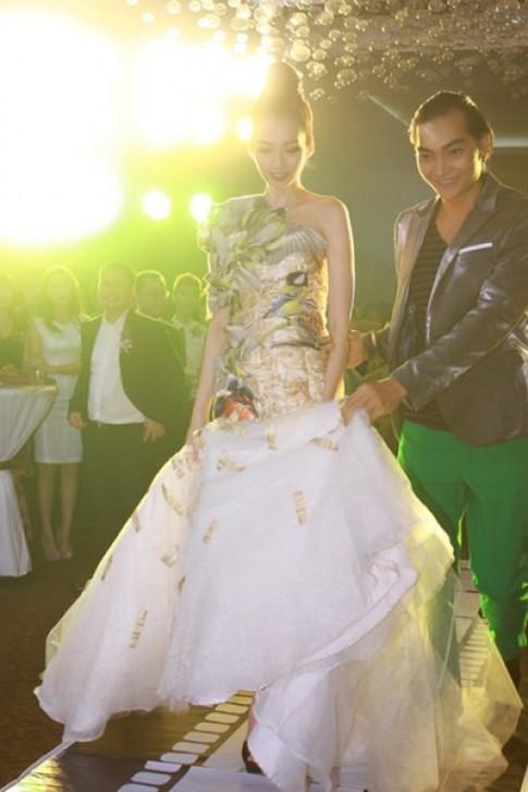 Khương Ngọc nâng váy bồng cho Trúc Diễm