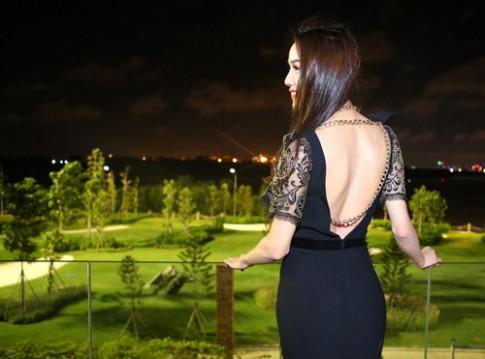 Kim Cương, Quanh Đi diện váy xẻ lưng táo bạo