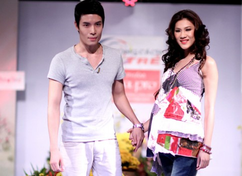 Kim Dung cam tay ban trai Chung Thuc Quyen catwalk