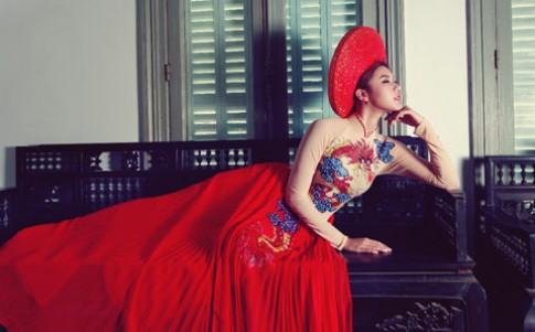 Kim Dung diện áo dài hình cánh quạt