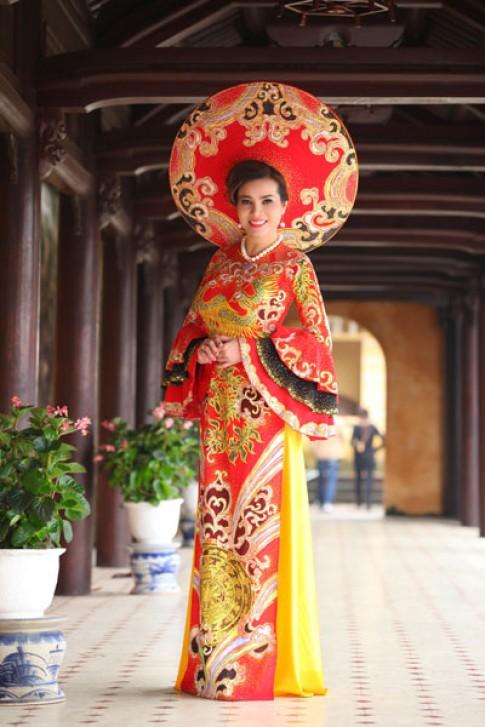 Kim Hồng làm duyên với áo dài hoàng hậu