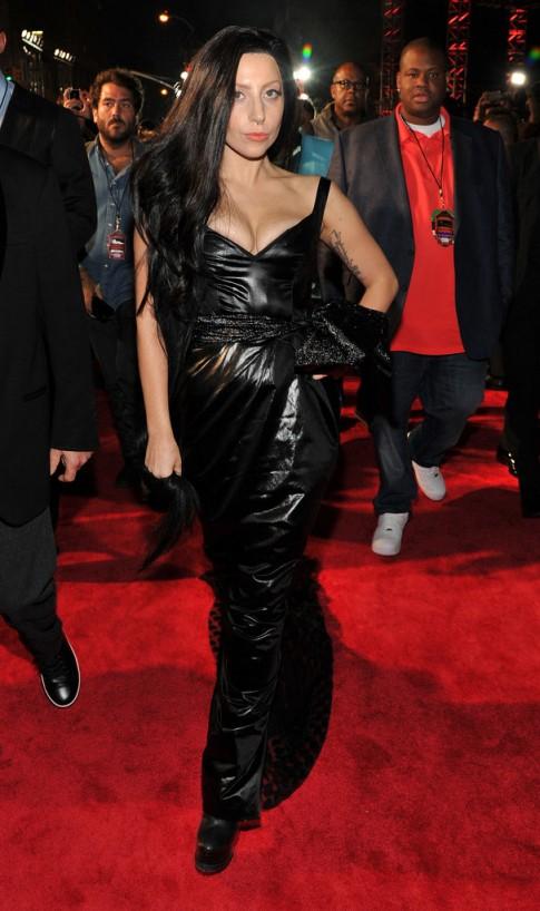 Lady Gaga chừng mực, Miley Cyrus nổi loạn trên thảm đỏ VMA