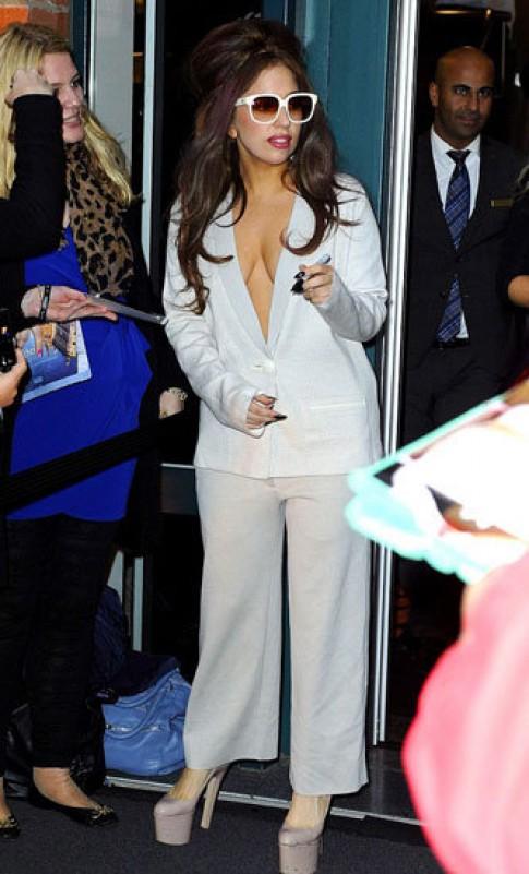 Lady Gaga liên tục diện thời trang kỳ quặc