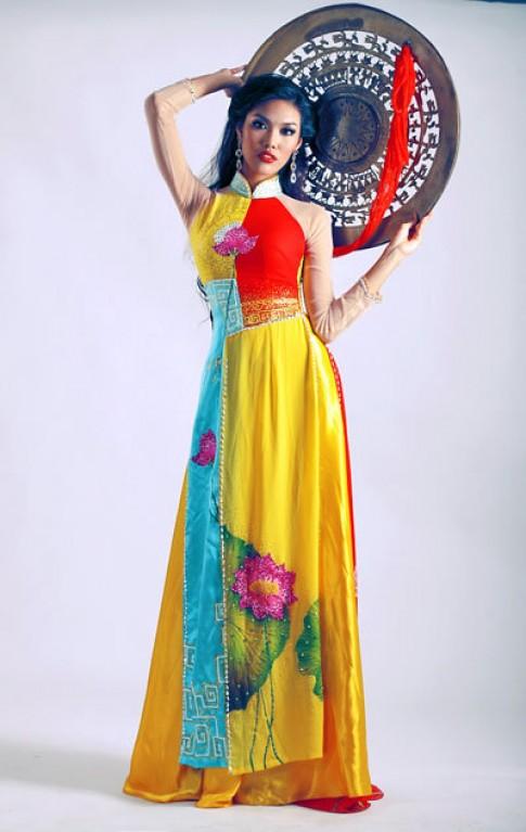 Lan Khuê chăm chút trang phục cho Siêu mẫu châu Á