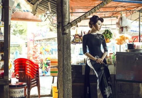 Lê Huỳnh Thúy Ngân diện áo dài giữa phố chợ