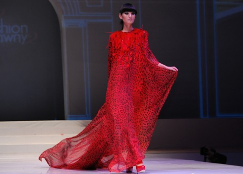 Lê Thúy mong manh trong váy đỏ
