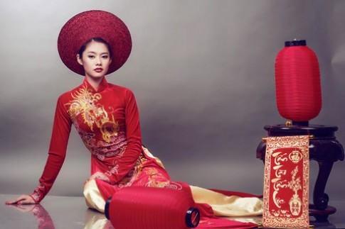 Linh Chi diện áo dài thêu rồng
