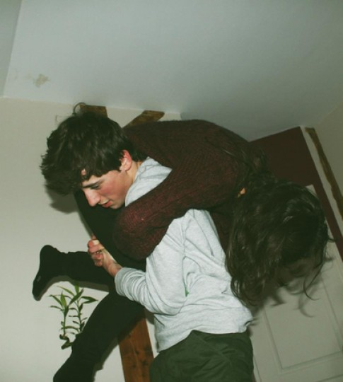 Lúc em buồn, xin anh ôm lấy em...